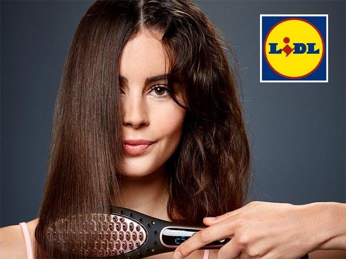 Mujer alisándose el pelo Lidl
